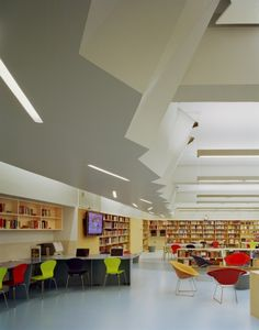 A. E. Smith High School Library by Atelier Pagnamenta Torriani | Bronx | world-architects.com Teen Library, College Library, School Libraries, Library Inspiration, Interior Inspiration, Library Ideas, Floor To Ceiling Bookshelves, Library Furniture, Furniture Ideas