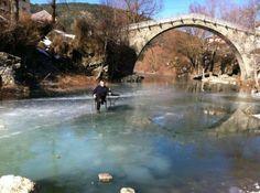EPIRUS TV NEWS: ΜΗΧΑΝΗ ΤΟΥ ΧΡΟΝΟΥ:Πάγωσε το ποτάμι στη Βοβούσα και...