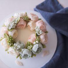 베이직코스 다섯번째 작약 리스스타일 플라워케이크입니다. peony buttercream flower cake . . student's work. . #플라워케이크  #버터크림케이크 #버터크림플라워케이크 #꽃케이크 #플라워케이크클래스 #홈베이킹 #베이킹 #루이스케이크 #꽃 #케익스타그램 #베이킹 #꽃스타그램 #먹스타그램 #디져트 #flowercake #buttercreamcake #flowers #cake #koreanbuttercream #baking #spesialcake #wedding #wilton #icing #vscocam #dessert #flower #buttercream #花ケーキ #wiltoncake