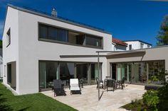 München-Umland | Das Einfamilienhaus in einem Vorort setzt sich aus drei Baukörpern zusammen. Das Ensemble aus Satteldachhaus, Eingangsanbau und Garage bildet einen intimen Innenhof...