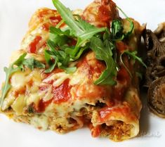 Cannelloni with minced meat and béchamel sauce Delicious cannelloni pasta with minced meat and béchamel sauce and tomato sauce. Turkey meat makes sweat Bechamel Sauce, 20 Min, The Dish, Tomato Sauce, Lasagna, Turkey, Food And Drink, Herbs, Pasta
