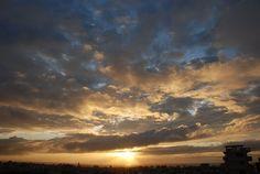 漏れ出した光は、徐々に雲に広がってきます。