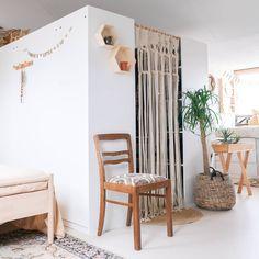 Meest gestelde vragen over onze PAX walk-in closet Diy Wardrobe, Ikea Pax, Wishbone Chair, Ladder Decor, Dining Chairs, Walk In, Furniture, Home Decor, Tips
