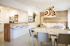 Madeira de demolição (De Helô Marques Associados) Divider, Room, Furniture, Home Decor, Ideas Para, Zen, Decoration, Gourmet Cooking, Light Colors