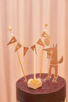 Será que o Lobo Mau pode ser bom? Isso é o que vamos comprovar hoje, nos 3 anos da Emília! Na infância, a Luiza, mamãe da aniversariante, amava a história da Chapeuzinho Vermelho. Escutava-a em uma fita cassete, e apesar do medo que ela tinha do lobo... Party In A Box, Birthday Party Decorations, Cake Toppers, Birthday Cake, Candle Holders, Arts And Crafts, Place Card Holders, Candles, Sweet