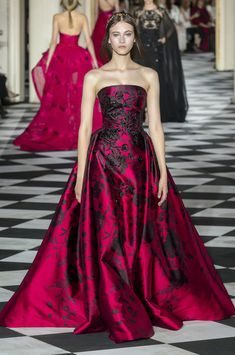 Zuhair Murad autumn/winter 2019 couture collection - HarpersBAZAARUK Source by Dresses Haute Couture Gowns, Style Couture, Haute Couture Fashion, Couture Dresses, Fashion Dresses, Gothic Fashion, Fashion Fashion, Fashion Women, Winter Fashion