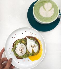 Last breakfast in Austin before back to Seattle 🙆 We timed it just right because I'm sitting at the airport looking outside at the storm coming into the city ⛈ . Avocado toast & a cashew milk matcha latté for bfast 🍵 Added my own @bulletproof brain octane and @vitalproteins Collagen Peptides I always bring with me This was right before I made my mom walk about 25 blocks to and from @wholefoods with me to get lunch for the plane in time before our 1-hr parking spot limit was up 😅 Let's…