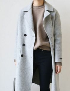 Photo (Death by Elocution) Minimal autumn outfit. Light grey coat, beige sweater and skinny black pants. Photo (Death by Elocution) Fashion Mode, Minimal Fashion, Work Fashion, Minimal Style, Minimal Classic, Fashion Clothes, Street Fashion, Elegantes Business Outfit, Elegantes Outfit