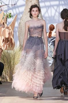 Fashion Week Paris Fall/Winter 2017 look 63 from the Christian Dior collection couture Haute Couture Dresses, Couture Fashion, Catwalk Fashion, Fashion Show, Gala Dresses, Evening Dresses, Couture Collection, Tulle Dress, Beautiful Gowns
