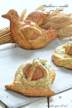 Cuddura e aceddu ccu l'ovu dolce pasquale catanese Easter Bread Recipe, Easter Recipes, Italian Cake, Italian Cookies, Easter Biscuits, Biscotti Cookies, Best Italian Recipes, Food Illustrations, Holiday Baking