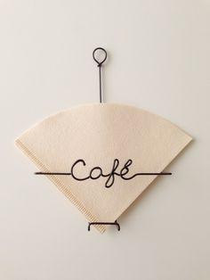 コーヒーが大好きで 自分も使いたくて作ったアイテムです ♪2013年からご愛用頂いている定番のクラフトですコーヒー好きな方へ忙しい朝 さっと取り出せるコーヒーフィルターケースはいかがですか?キッチンの水回りや火の周りは 物の置き場所に困りがちですが壁に引っ掛けて気軽に取り出せるケースは便利ですよ一般的に使われている台形のコーヒーフィルター用1~2人用/3~4人用 兼用です約50枚収納出来ます1~2人用/3~4人用 兼用なので両方のサイズを一緒に収納して用途に合わせてさっと取り出せますツヤ感のあるビニルコーティングワイヤー製です飾っているだけでカフェのような楽しい気分をお楽しみください ♬size : W 12 H 17 D 3.5ビニルコーティングワイヤー コーヒーブラウンカラー『インテリアハンドメイド2017』【 使用上のご注意 】手曲げによる握り留め工法のクラフトです。強い力が加わりますと変形…