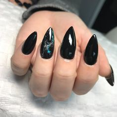 Here is a tutorial for an interesting Christmas nail art Silver glitter on a white background – a very elegant idea to welcome Christmas with style Decoration in a light garland for your Christmas nails Materials and tools needed: base… Continue Reading → Cute Nails, Pretty Nails, Cute Black Nails, Hair And Nails, My Nails, Nail Art Vernis, Rock Nails, Witchy Nails, Gothic Nails