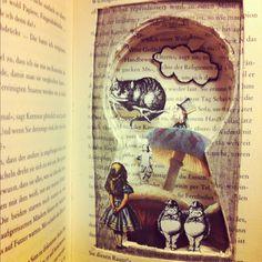 Bookart -Blick durchs Schlüsselloch  Alice in Wonderland