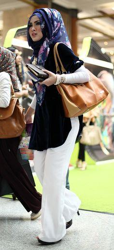 Hijab Fashion 2016/2017: Muslimah fashion inspiration  Hijab Fashion 2016/2017: Sélection de looks tendances spécial voilées Look Descreption Muslimah fashion inspiration