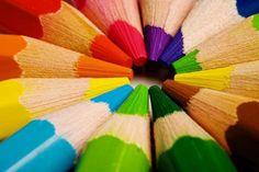 Определяем психологическое состояние ребенка по цветам  Согласно МАСКУ ЛЮШЕРУ влияние цвета на человека имеет древние корни, то есть у человека в процессе развития сложились определенные цветовые ассоциации в теми или иными явлениями- синий цвет ночи, цвет покоя, умиротворения, желтый- цвет солнца, активности, энергии, красный- цвет атаки, зеленый- цвет защиты, обороны (за ним гонятся - он защищается).  Рассмотрим общие значения цветов http://kladovochkasovetov.ru/roditelyam/opredelyaem-psih