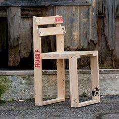 Una sedia che strizza l'occhio al riciclo e alla praticità! Nasce dall'idea di costruire con poco legno di recupero e in modo veloce una seduta comoda, originale e che non offende l'ambiente. Perfetta per gli esterni o per gli ambienti in stile industrial o rustici. Sedia in legno di abete  Dimensioni: Lunghezza 42 cm Larghezza 42 cm Altezza 72 cm http://lovli.it/index.php/mest-chair.html#