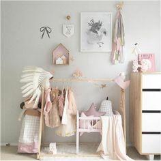 Good babyzimmer grau rosa gestaltungsideen gestrickte decke baum wanddeko vorh nge ber dem bett blume Tolle Kinderzimmer Designs Pinterest