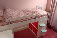 This is a KRITTER mid-sleeper bed and two KALLAX units underneath, the steps are made from BILLSASEN picture ledges. We used two green ledges from 2 packs