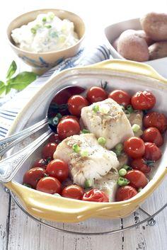 Herlig enkel, sunn og billig fiskerett med filet av fisk og med en lett crème fraïche-dressing. Server gjerne sammen med kokte poteter og fler av dine favorittgrønnsaker.