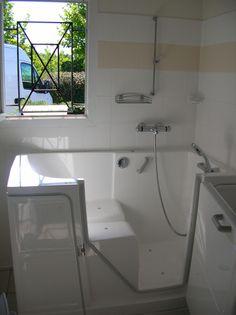 Installation d'une baignoire à porte Vallon http://www.seniorbains.com/baignoire-a-porte-vallon.html par Seniorbains pour la sécurité et le bien être des seniors et PMR