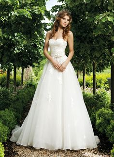 Sincerity brautkleid style 3667 Strapless sweetheart embroidered bodice with satin pleated cummerbund with organza A-line skirt with embroidered appliques on skirt buttons on back zipper chapel train.