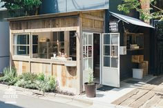 Originally from the Tochigi area is this tiny coffee hut at the side entrance of the outdoor market 246 Commune, serving delicious coffee and biscuits!