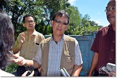 An officer from NREB Jonathan Manggah explaining to reporters the situation at Sungai Tabuan.