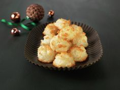 A classic Norwegian Christmas cookie found on dinmat.no For many Norwegians, including me, it wont be Christmas before the juicy and tasty coconut macaroons is baked. The recipe is super simple and. Norwegian Cuisine, Norwegian Food, Retro Recipes, Ethnic Recipes, Norwegian Christmas, Good Food, Yummy Food, Coconut Macaroons, Macarons