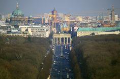 Blick von der Siegessäule auf Berlin. Wer Puste hat, steigt die die 285 Stufen zur 69 Meter hohen Aussichtsplattform hoch und genießt nach dem Schnappatmungsanfall den Blick über Berlin.........weiter geht es unter: http://welt-sehenerleben.de/Archive/1563/best-of-berlin-die-sehenswurdigkeiten-der-hauptstadt/  #Berlin #Urlaub #Reisen