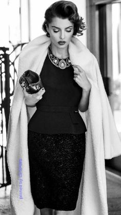 she& very timeless in black and white fashion with statement necklace - - c.-- she& very timeless in black and white fashion with statement necklace - - classic and timeless style! White Fashion, Look Fashion, Timeless Fashion, Retro Fashion, Fashion Beauty, Vintage Fashion, Fashion Tips, Classic Fashion, Timeless Elegance