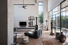 L'intérieur de cette maison contemporaine se distingue par un ameublement épuré et chic