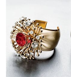 Manchette Valentino (1970-1980) http://www.vogue.fr/joaillerie/news-joaillerie/diaporama/fashion-jewelry-collection-bijoux-fantaisie-barbara-berger-editions-assouline-goossens-gripoix-balenciaga/12662/image/743915#!fashion-jewelry-bijoux-fantaisie-barbara-berger-editions-assouline-valentino