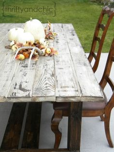 Old Weathered Wood Look DIY and farmhouse table diy Outdoor Farmhouse Table, Outdoor Tables, Wood Tables, Dining Tables, Side Tables, White Farmhouse Table, Patio Tables, Dining Room, Picnic Tables