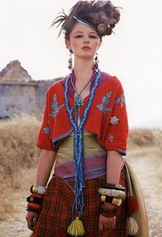tribal frida kahlo would have loved this creative couture version of traditional mexican folk style cotume .great boho,gypsy look Gypsy Look, Boho Gypsy, Gypsy Chic, Gypsy Style, My Style, Folk Style, Bohemian Mode, Hippie Bohemian, Hippie Chic