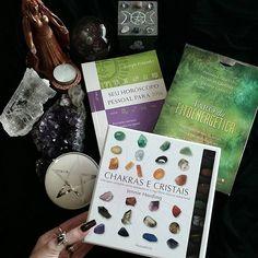 Presentes mágicos! Ansiosa para ler tudo...e depois postar no Santta...mas já recomendo! São ótimos!🌙 www.santtatendencia.com.br  #santtatendencia #rokaiamab #chakras #pedrasnaturais#ametista #moon #mystic #pentagram #wicca #witchcraft #paganism #horoscopo #horoscopo2016 #escorpião #crystal #magic #magia #pentagrama#bruxa #tarot #fitoenergetica