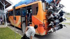 ternyata bukan cuma orang aja yang bisa naik bus, motor juga naik bus ternyata hahahah...