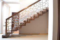 Nowoczesne schody dywanowe wraz z balustradą 33 - producent schodów drewnianych Schodo-System Staircase Wall Decor, Staircase Railings, House Stairs, Facade House, Staircase Design Modern, Balcony Railing Design, Metal Stairs, Stair Lighting, Home Building Design