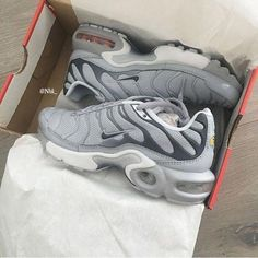 sports shoes 6d8af f2a5e Sneakers   Nike air tuned   Grey   Inspo   More on fashionchick.nl