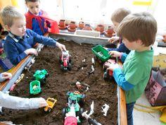 Voor de zandtafel nu eens echt zwart zand! De trekkers en de boerderij dieren zorgen voor een ander speeleffect!