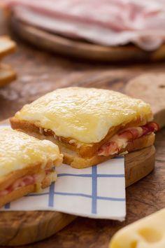 Croque monsieur: un sostanzioso sandwich di orgine francese farcito con formaggio, prosciutto e besciamella. Una vera bontà!  [Croque monsieur sandwich stuffed with cheese, ham and Béchamel white sauce]
