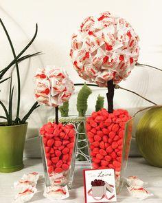 Raffaello Baum   Selbstgemachte Geburtstagsgeschenk für besondere Menschen :)  Man benötigt: Raffaellos und Gummi Erdbeeren, unter den Raffaellos befindet sich einen Styroporkugel :) einfach die Raffaellos mit Sekundenkleber auf die mit Geschenkpapier beklebte Kugel kleben und verzieren