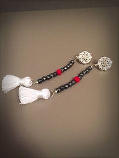 Orecchini lunghi pendenti con ematite grigia cristalli rossi e nappine bianche di LesJoliesDePanPan su Etsy