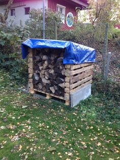 Firewood storage shed made with pallet wood - Modern Firewood Shed, Firewood Storage, Outside Storage, Outdoor Storage, Pallet Wood, Wood Pallets, Range Buche, Lumber Storage, Wood Rack