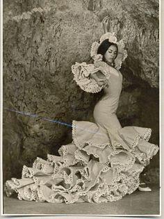 Bailaora de flamenco con bata de cola de Lina.