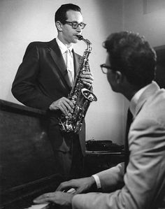 American jazz musicians Paul Desmond (born Paul Breitenfeld, 1924 - on saxophone, and Dave Brubeck - on piano, perform together in a studio, or Jazz Artists, Jazz Musicians, Music Artists, Band Photography, White Photography, Dave Brubeck, Jazz Club, Photo Look, Classical Music