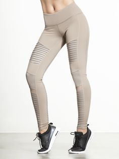 Want to feel like a total badass the next time you walk into the gym? Then you should toss on these chic, edgy and modern leggings from Alo before…