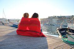 Patty e Stefy avvolte da una coperta in lana biologica. Foto by Arianna Negri  #inverno #primavera #coperte