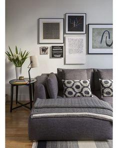 A sala de estar desta casa de 140 m², em Campos do Jordão, tem sofá da Dpot, almofadas da By Kamy e quadros da Papel Assinado. Sobre a mesa lateral da Clami, luminária Diesel, na Lumini, e vaso da Interiore Design. Puro aconchego no projeto da arquiteta Lorreine Claudio, do escritório Lore Arquitetura (Foto: Evelyn Muller) #casadecampo @dpotbrasil @bykamy @papelassinado @lojaclami @_lumini @lorearquitetura