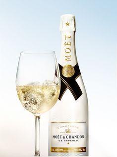 Met de Ice Impérial heeft het beroemde champagnehuis Moët & Chandon iets aparts gecreëerd. De Moët & Chandon Ice Impérial is de eerste en enige champagne die je op ijs moet drinken. Normaliter een doodzonde bij champagne, maar deze is er speciaal voor gemaakt. Juist dan komen alle aroma's vrij.  Dit is een hele nieuwe champagne-ervaring. Een ware innovatie! Gelanceerd in de meest trendy beach clubs van Ibiza, St. Tropez, Miami, Acapulco en Los Angeles is ie nu hier voor jou ook verkrijgbaar.