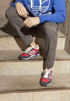 Il trifoglio scava negli archivi e presenta la Phantom, sneaker dal sapore retro running e ispirata agli anni 80. La Phantom mantiene l'inconfondibile silhouette delle origini arricchendo la tomaia in premium suede e nylon, con dettagli ricercati dal sapore volutamente vintage.